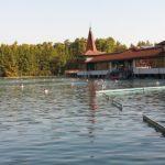 湖すべてが温泉!?ハンガリーにある「ヘーヴィーズ湖」が癒される